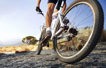 Mountainbikefahrer am Meer - © Warren Goldswain / 2016 Thinkstock.